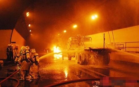 Xe tải bất ngờ bốc cháy trong hầm Hải Vân - anh 1