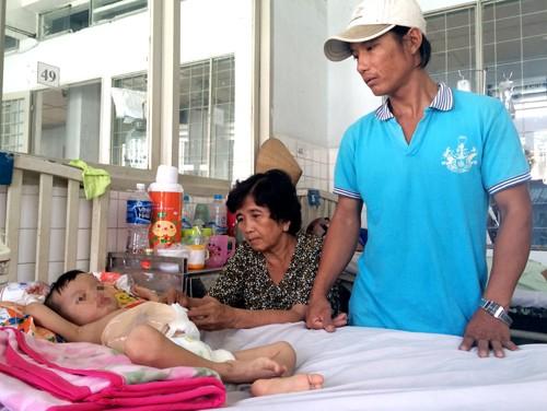 Bé 3 tuổi bị người tình của mẹ đạp vỡ đại tràng - anh 2