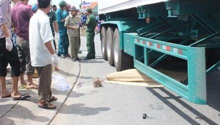 Bình Dương: Hai vợ chồng chết thảm dưới bánh xe container - anh 1