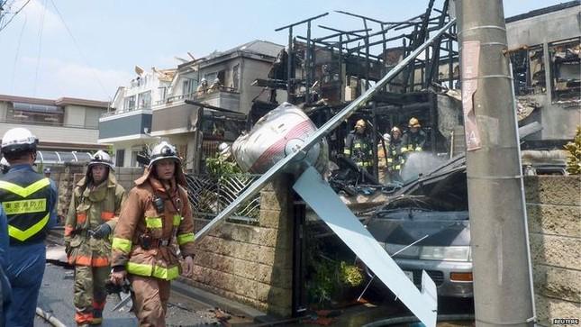 Nhật: Máy bay rơi trúng khu dân cư ở Tokyo, 3 người thiệt mạng - anh 1