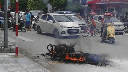 Thanh Hoá: Xe máy bất ngờ cháy rụi khi đang lưu thông trên đường - anh 1