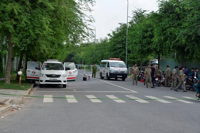 TPHCM: Sau tiếng nổ lớn, phát hiện tài xế chết trong xe taxi - anh 1
