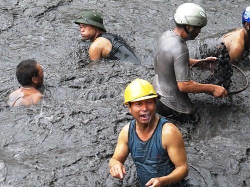 Mưa lũ ở Quảng Ninh: Bất chấp nguy hiểm, người dân ngụp dưới nước lũ đen ngòm vớt than - anh 2