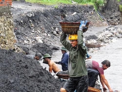 Mưa lũ ở Quảng Ninh: Bất chấp nguy hiểm, người dân ngụp dưới nước lũ đen ngòm vớt than - anh 3