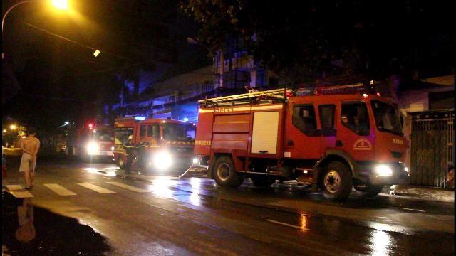 TPHCM: Cháy khách sạn trong đêm, 5 người bị ngạt khói - anh 1