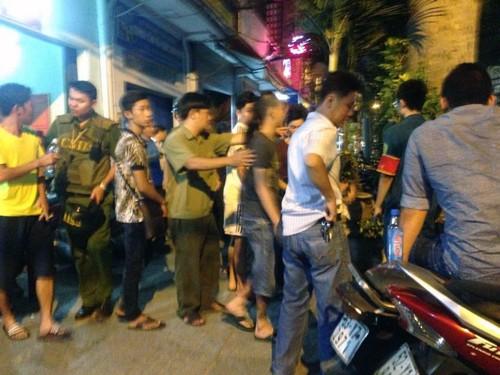 """Hai """"hotgirl"""" làm náo loạn phố Nguyễn Huệ khóc như mưa tại công an phường - anh 2"""