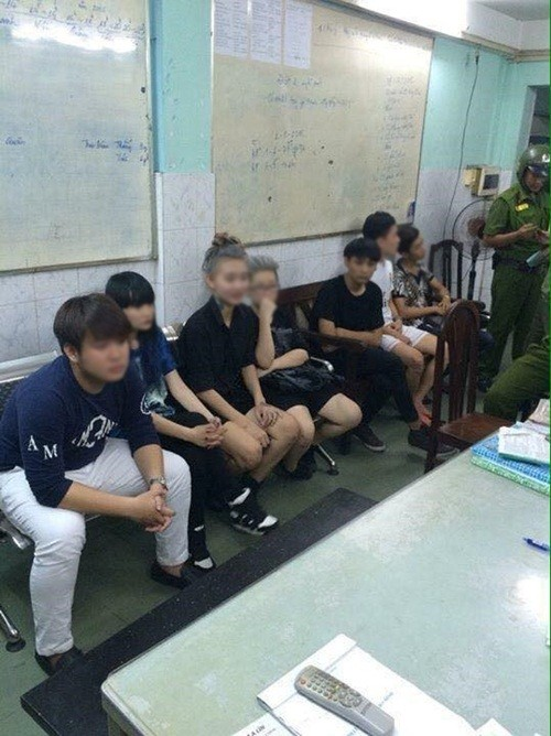 """Hai """"hotgirl"""" làm náo loạn phố Nguyễn Huệ khóc như mưa tại công an phường - anh 1"""