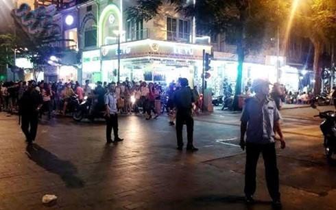 Chân dung hai thiếu nữ gây náo loạn phố đi bộ Nguyễn Huệ - anh 1
