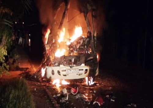 Xe khách cháy rụi sau va chạm, 8 người thương vong - anh 1