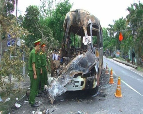 Xe khách cháy rụi sau va chạm, 8 người thương vong - anh 2