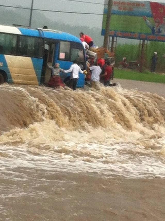 Lào Cai: Xe khách chở hàng chục người chết máy giữa dòng nước chảy xiết - anh 1