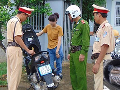 Phát hiện 2kg thuốc nổ trong cốp xe máy do thiếu nữ 18 tuổi điều khiển - anh 1