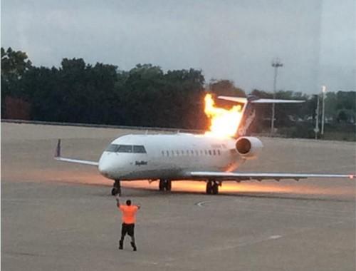 Mỹ: Máy bay bốc cháy ngùn ngụt khi chuẩn bị cất cánh - anh 1
