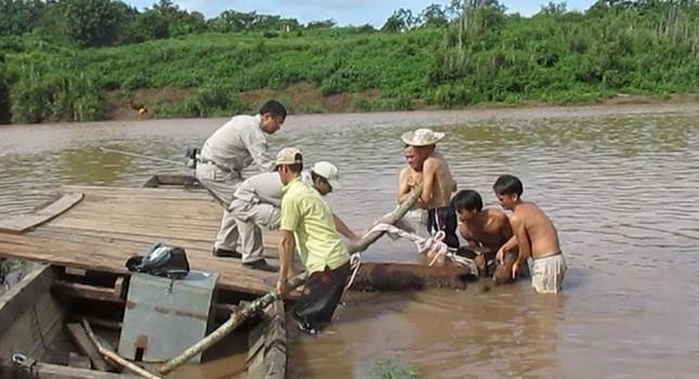 Ngư dân hốt hoảng phát hiện quả bom lớn mắc vào lưới đánh cá - anh 1
