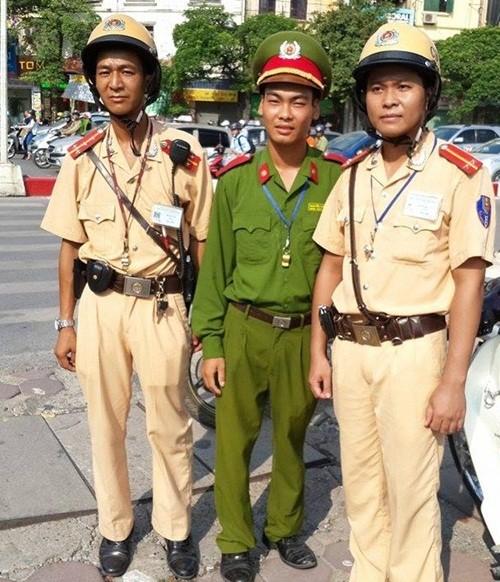 CSGT giải cứu thành công người phụ nữ định nhảy sông Tô Lịch tự tử - anh 2