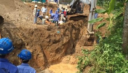 Hà Nội: Đường ống dẫn nước sạch sông Đà vỡ lần thứ 13 - anh 1