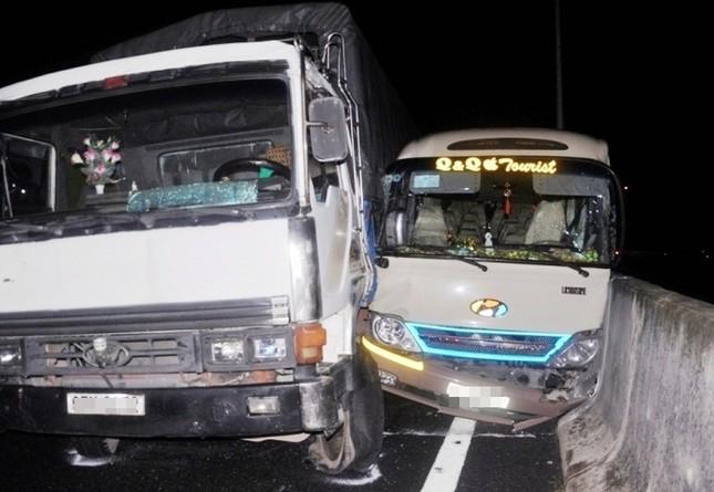 4 ô tô tông nhau liên hoàn trên cao tốc TP HCM - Trung Lương - anh 1