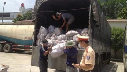 Bắt giữ xe tải chở gần 9 tấn mỡ thối trên đường ra Hà Nội - anh 1