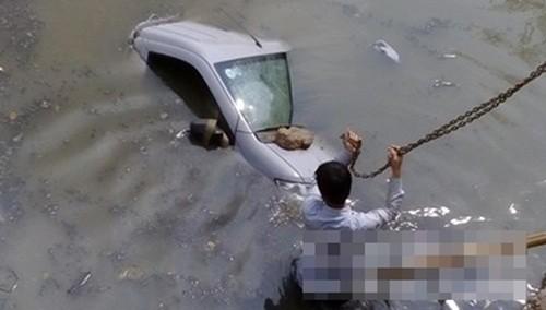 Ô tô bất ngờ lao xuống suối, 2 người may mắn thoát chết - anh 1