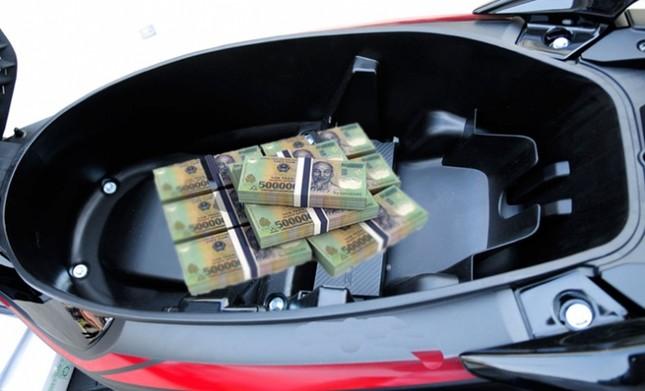 Tìm thấy chủ nhân chiếc xe máy chứa hơn 1 tỷ đồng bỏ bên đường - anh 1