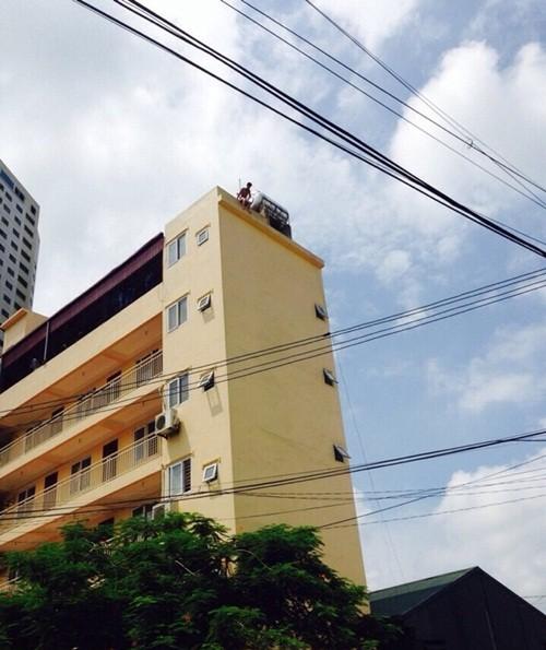 Hà Nội: Nam thanh niên nhảy từ nóc nhà 6 tầng xuống đất tử vong - anh 1