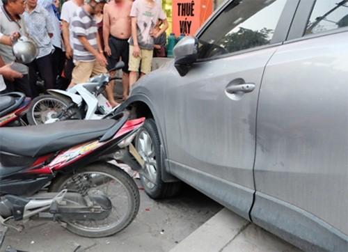 Hà Nội: Nữ tài xế lái ôtô đâm hàng chục xe máy trên phố Kim Mã - anh 1