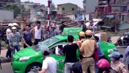 """Cảnh sát giao thông truy đuổi """"taxi điên"""" trên phố - anh 1"""