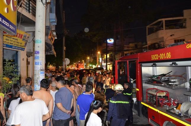 TPHCM: Cháy nhà 4 tầng, 8 người hoảng loạn tìm cách thoát thân - anh 1
