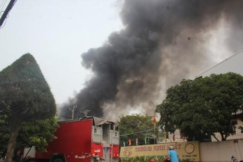 Cháy lớn khu công nghiệp, hơn trăm cảnh sát tham gia dập lửa - anh 1