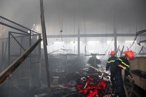 Cháy lớn khu công nghiệp, hơn trăm cảnh sát tham gia dập lửa - anh 2