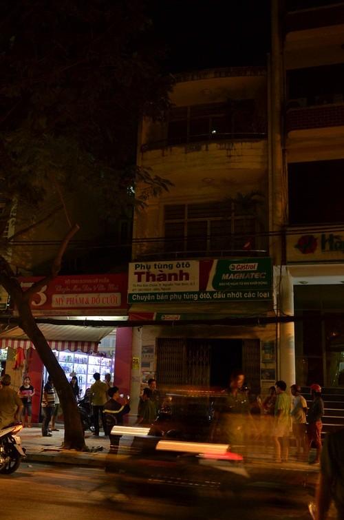 Nhà 3 tầng giữa Sài Gòn bốc cháy khi chủ đi xem pháo hoa - anh 1