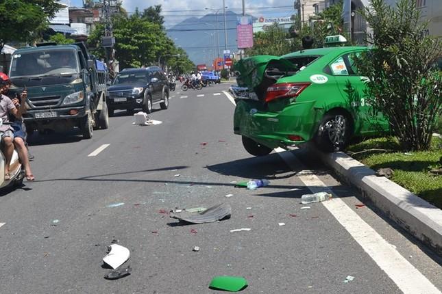 Đà Nẵng: Taxi 4 chỗ nát bét sau cú tông liên hoàn - anh 1