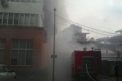 Cháy lớn tại Công ty Hàng không giữa trời mưa to - anh 1