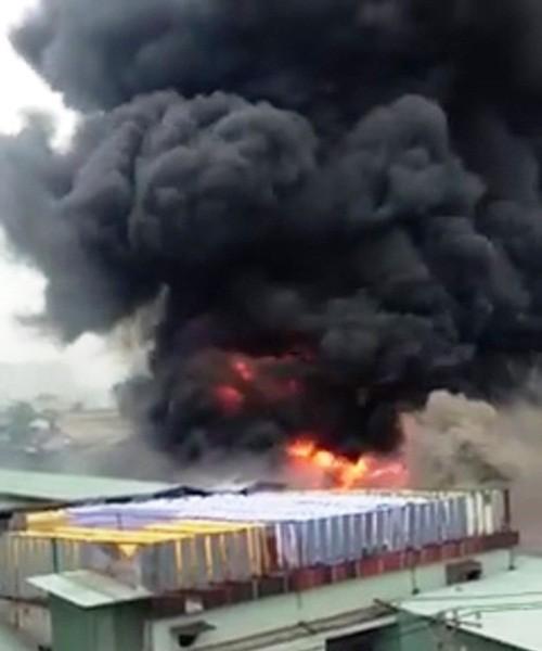 TP HCM: Cháy dữ dội xưởng nhuộm, công nhân nháo nhào bỏ chạy - anh 1