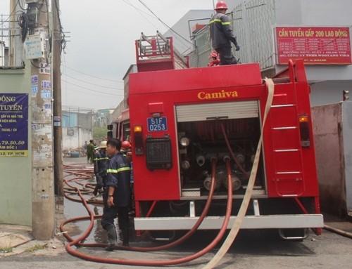 TP HCM: Cháy dữ dội xưởng nhuộm, công nhân nháo nhào bỏ chạy - anh 2