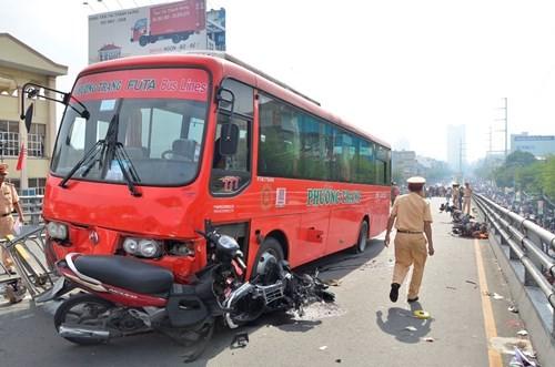 TP HCM: Xe Phương Trang tông hàng loạt xe máy, người phụ nữ bị hất văng khỏi cầu - anh 1