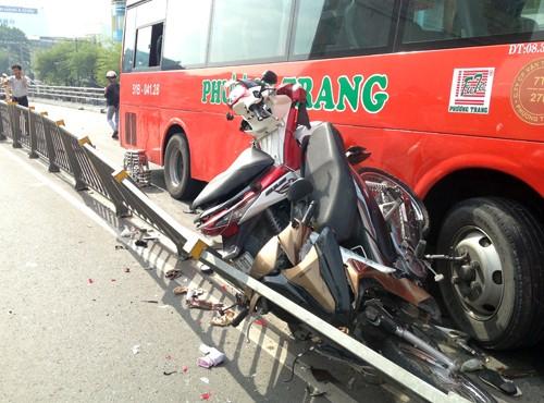 TP HCM: Xe Phương Trang tông hàng loạt xe máy, người phụ nữ bị hất văng khỏi cầu - anh 3
