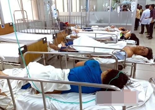 TP HCM: Xe Phương Trang tông hàng loạt xe máy, người phụ nữ bị hất văng khỏi cầu - anh 2