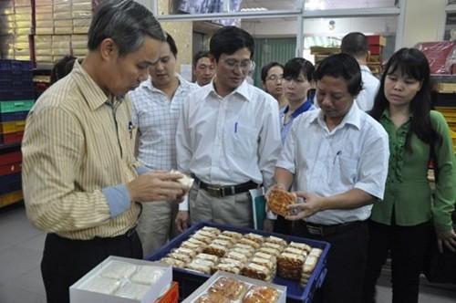 Bị đình chỉ sản xuất, chủ cơ sở bánh Trung thu Bảo Phương nói gì? - anh 1