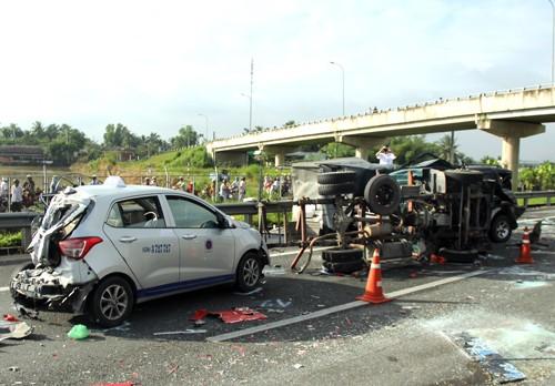 5 ôtô tông liên hoàn trên cao tốc Trung Lương, 5 người thương vong - anh 1