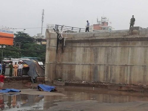 Hà Nội: Đi xe máy lên cầu vượt xây dở, nam thanh niên rơi xuống đất tử vong - anh 1
