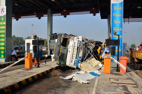 Ô tô đâm sập trạm thu phí cao tốc Trung Lương, 2 người bị thương - anh 1