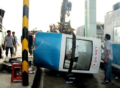 Ô tô đâm sập trạm thu phí cao tốc Trung Lương, 2 người bị thương - anh 2