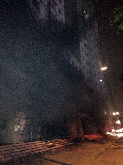 Nhân chứng kể lại khoảnh khắc chung cư Xa La ở Hà Nội bốc cháy - anh 1