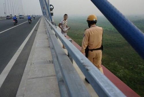 Hà Nội: Nam thanh niên ôm tảng bê tông đòi nhảy xuống cầu Nhật Tân tự tử - anh 2