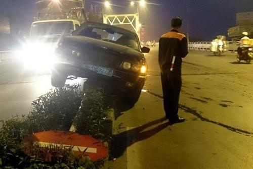 Hà Nội: Xe BMW biển xanh leo lên dải phân cách, húc đổ biển báo - anh 1