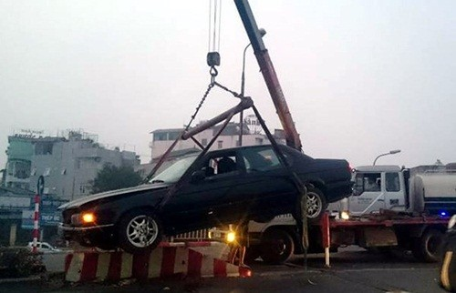 Hà Nội: Xe BMW biển xanh leo lên dải phân cách, húc đổ biển báo - anh 2
