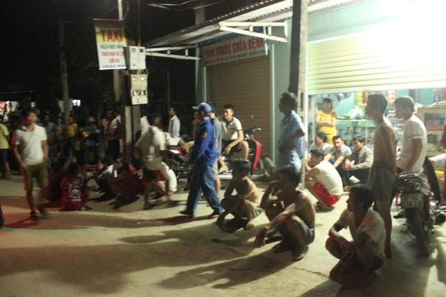 Hàng trăm người dân đến khuya vẫn bao vây những người đã bị đánh.