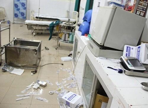 Quảng Ngãi: Truy tìm 3 đối tượng mang mã tấu vào phòng cấp cứu truy sát bệnh nhân - anh 1