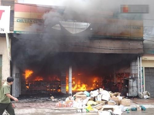 Cháy dữ dội cửa hàng phụ tùng xe máy, hàng trăm người nỗ lực dập lửa - anh 1